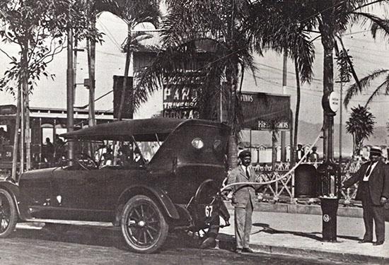 Moreira instalou a bomba inicialmente para abastecer sua frota de taxis, a primeira da cidade.