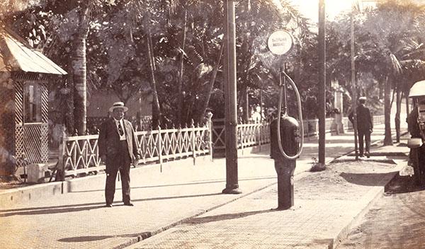 Antônio Duarte Moreira, o AD Moreira, posa orgulhoso ao lado da sua bomba, a primeira da América do Sul.