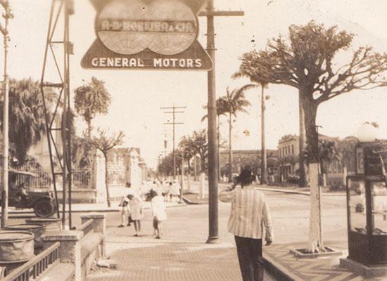 Moreira instalou outras bombas na cidade, como esta na esquina da Avenida Ana Costa com Lucas Fortunato, na frente da sua loja de venda de veículos General Motors.