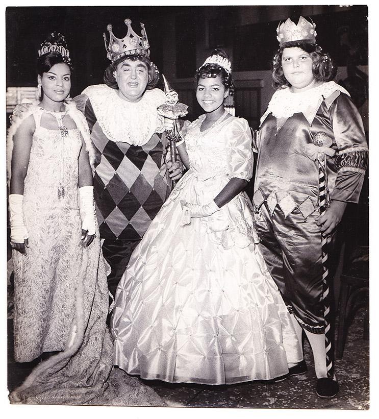 A Corte Mirim do Carnaval de 1967, ao lado da Corte Oficial, o Rei Momo Waldemar Esteves da Cunha e a Rainha Therezina Tadeu.