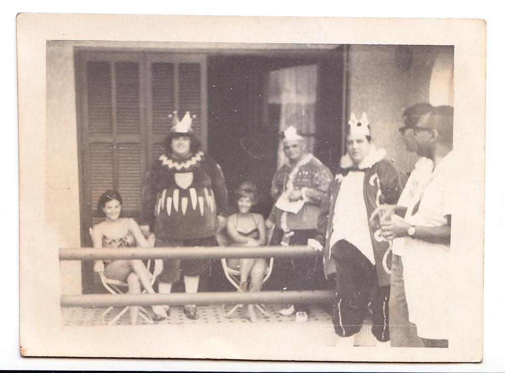 Os Momos ficaram hospedados no Palace Hotel, do José Menino. Aqui, em foto na varanda do hotel.