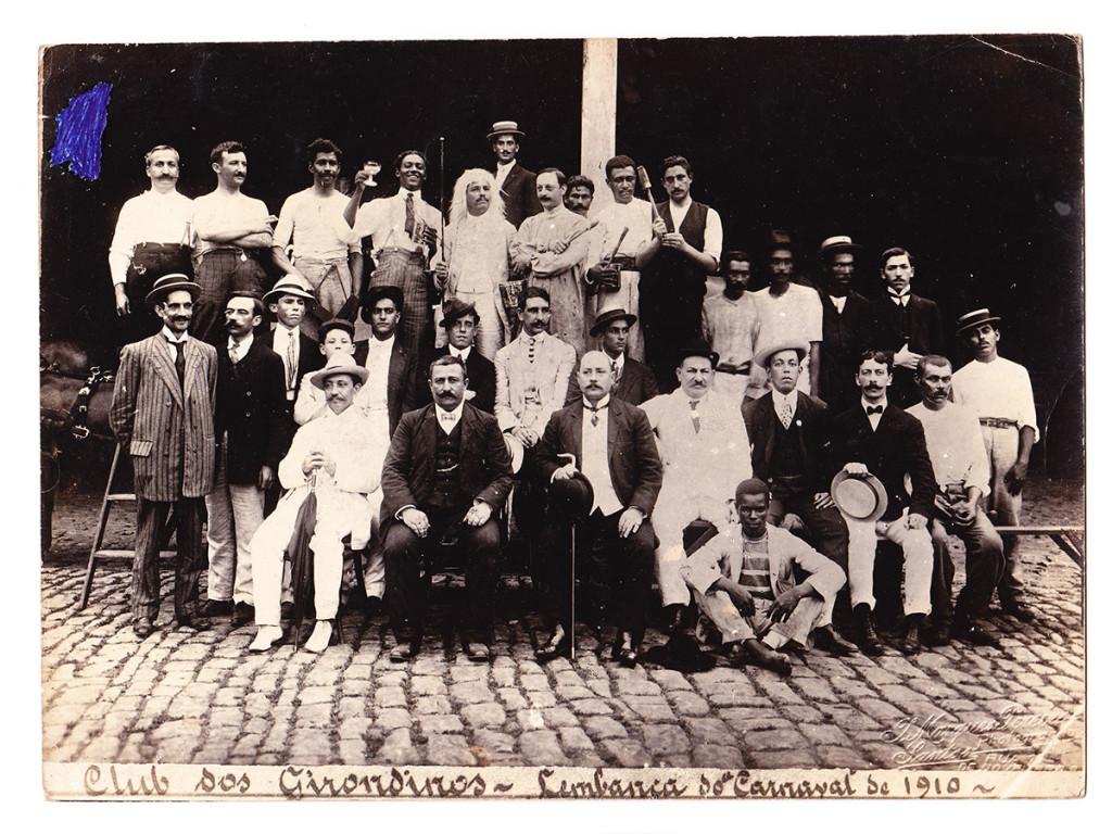Clube dos Girondinos. Esta é uma rara  foto de uma agremiação de Carnaval da época dos Congressos. Nota-se que entre os distintos membros há foliões mais desinibidos.