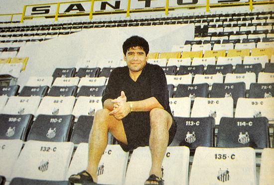 Maradona visitou a Vila Belmiro e ficou na vontade. Queria jogar com a 10 do grande rival, o Rei Pelé. Não rolou!