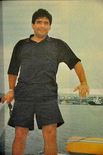 El Pibe de Oro não podia deixar de tirar a clássica foto junto do Porto de Santos, quando da sua visita ao Iate Clube.