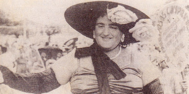 Waldemar na pele da matrona Dona Dorotéia, na década de 1940.