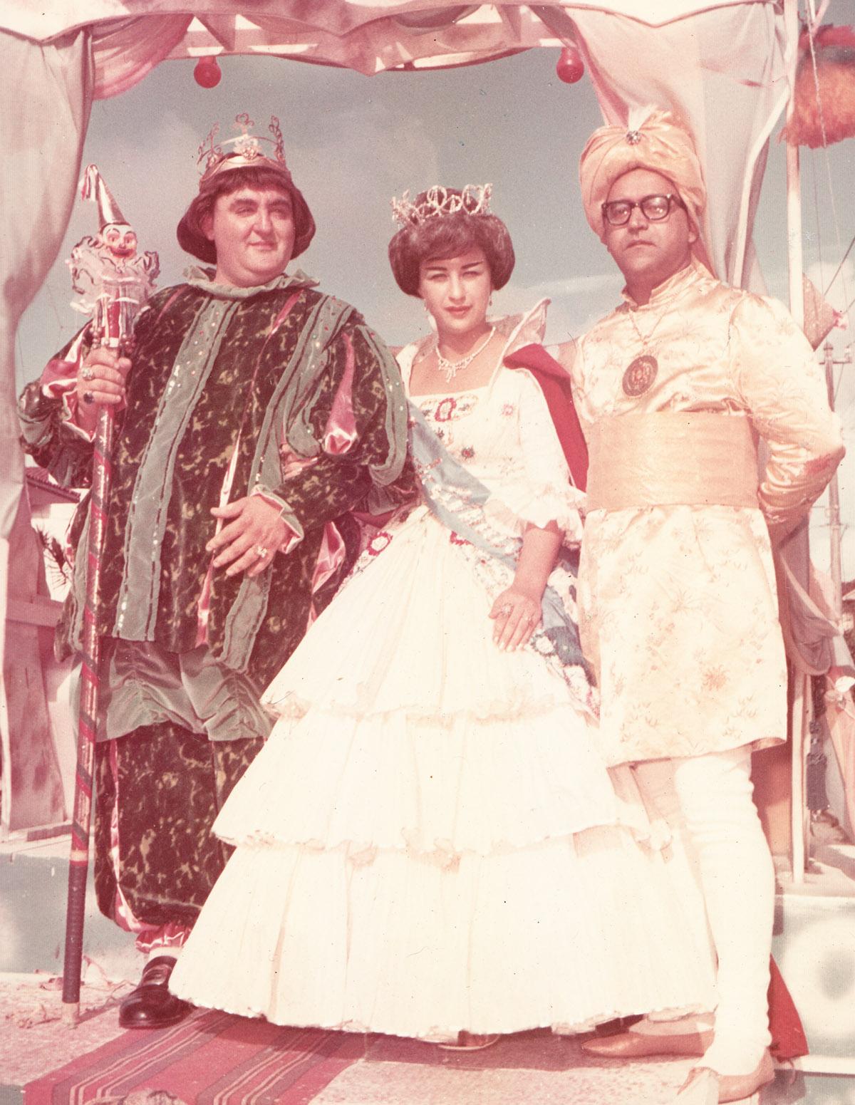 Corte Carnavalesca de 1962, com a Rainha Assunta Lancelotti e o Chanceler Bandeira Júnior. Clique na imagem para ver maior.