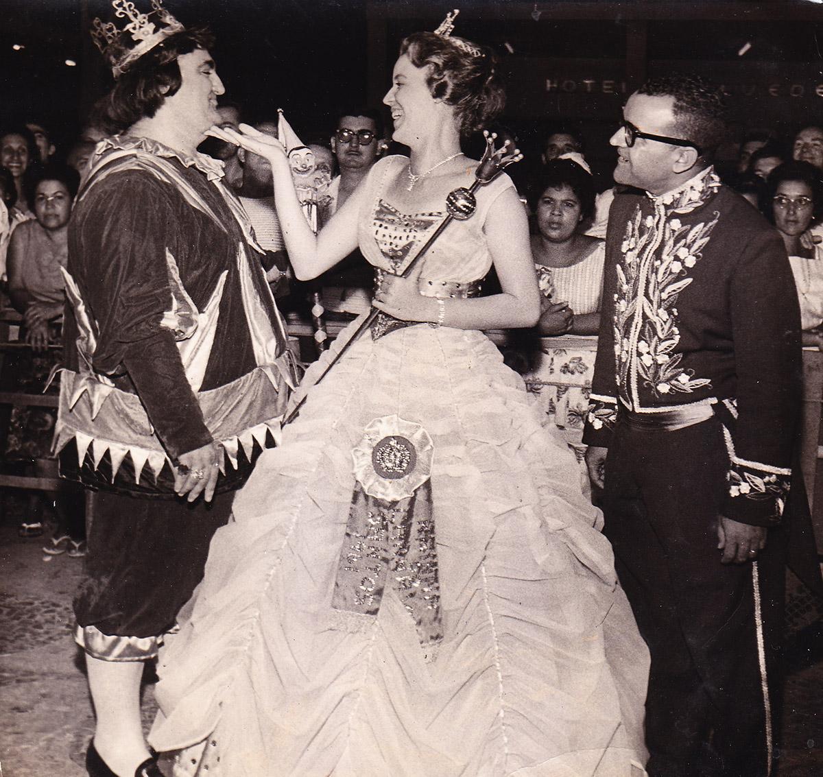 Descontração com a Corte de 1961: a Rainha Mause Prée e o Chanceler Bandeira Júnior. Clique na imagem para ver maior.