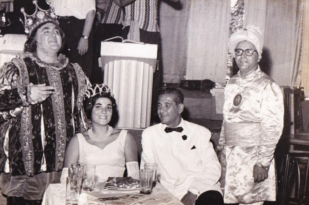 Corte Carnavalesca de 1963, no Baile Oficial, realizado no Sirio Libanês, ao lado do jornalista Olao Rodrigues (Lorde Diavolino). Bandeira Júnior é o chanceler (à direita).