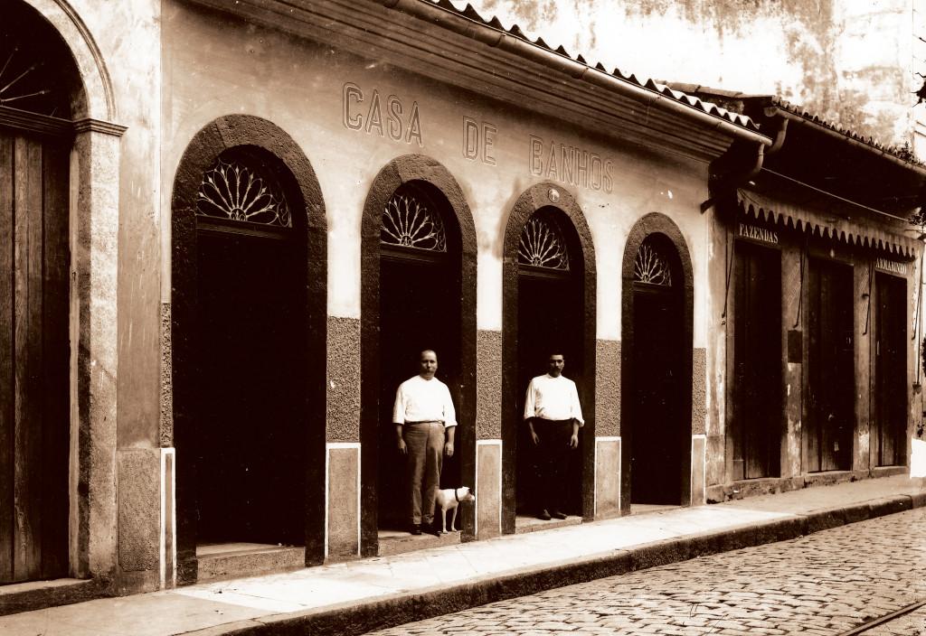 José Caballero (ao lado do cão), foi dono do segundo estabelecimento de banhos da cidade, onde ganhou muito dinheiro.