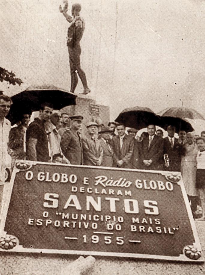 Autoridades santistas presentes quando da inauguração da placa no pedestal do Atleta Náutico, na Ponta da Praia, em 10 de março de 1936.