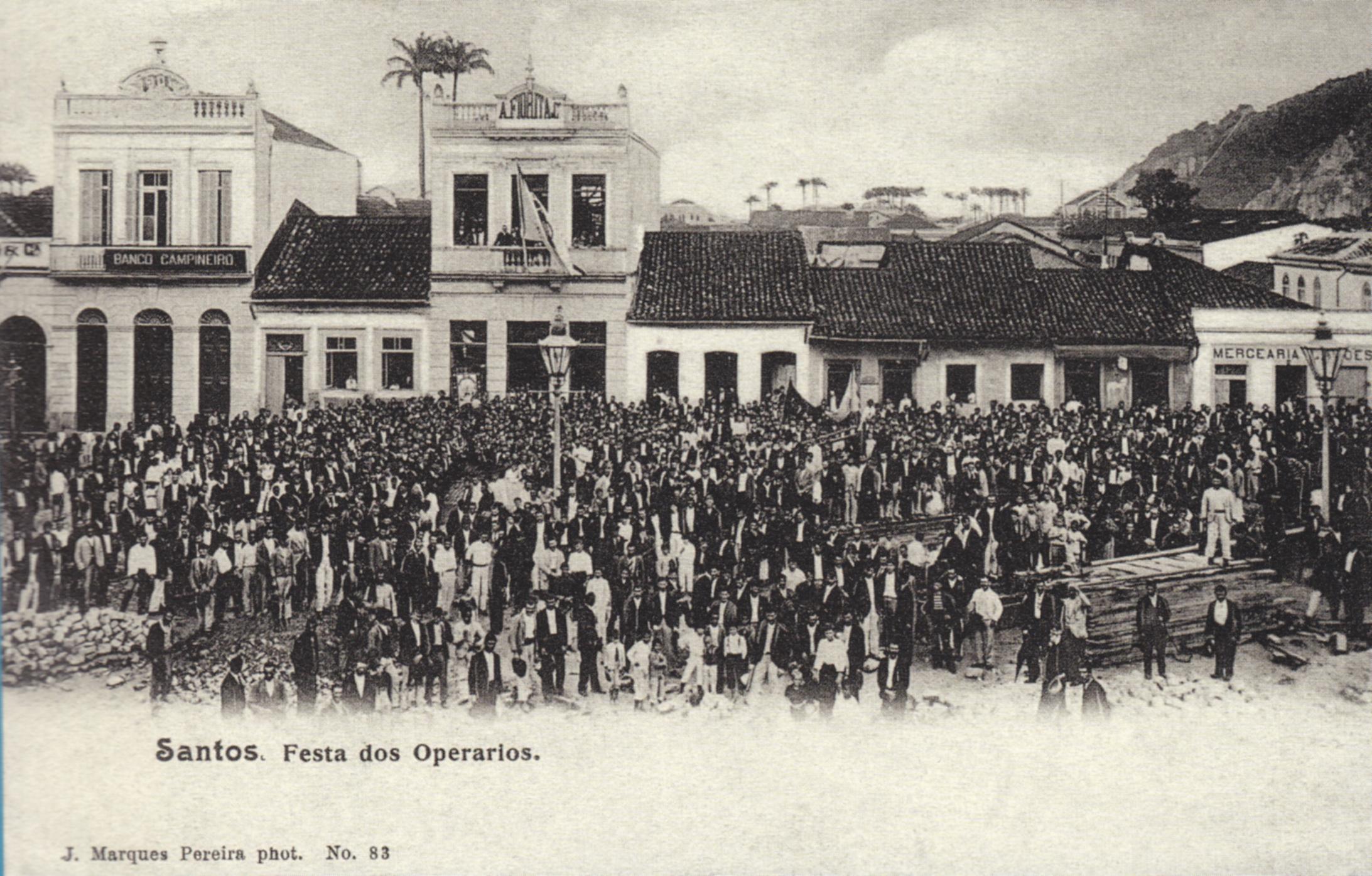 A imagem é de uma festa, mas poderia retratar muito bem as mobilizações operárias realizadas no final do Século XIX na agitada cidade portuária de Santos.