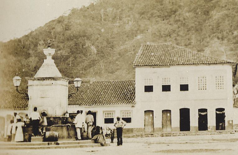 """Chafariz do Largo da Coroação (atual Praça Mauá), inaugurado pelo Imperador D.Pedro II e onde jorrou """"vinho""""na estreia."""