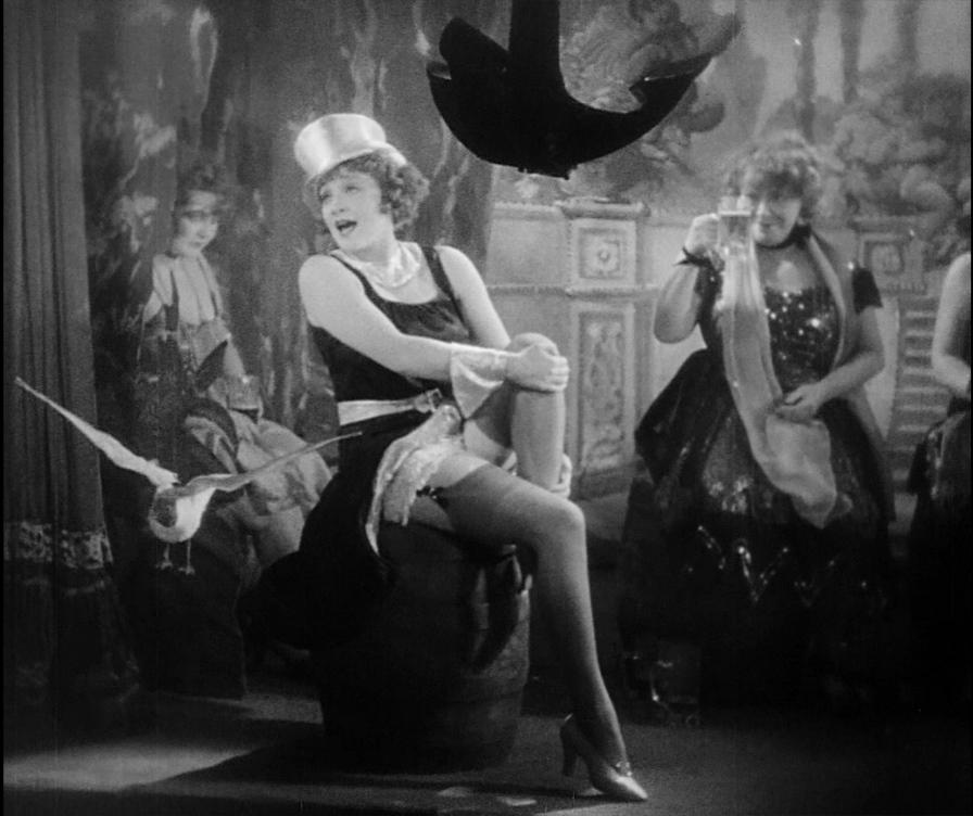Nos cabarets, a maior parte dos shows incluía belas mulheres e músicas de operetas.