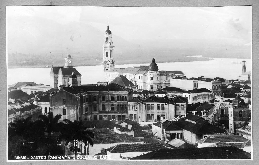 Nessa belíssima imagem aérea, pode ser vista a torre do relógio da Western Tekegraph, ao fundo, ao lado da torre da Bolsa do Café