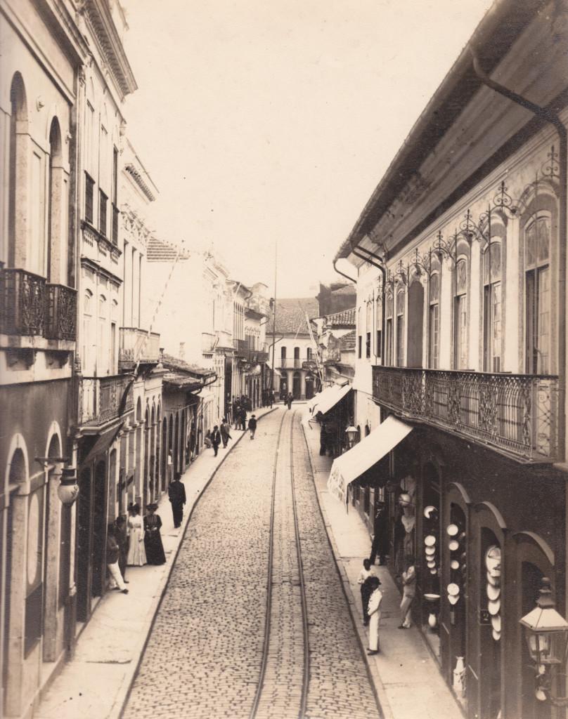 Rua XV, no trecho entre a Frei Gaspar e a Rua do Comércio. Imagem no início do Século XX, mostrando vários estabelecimentos comerciais.