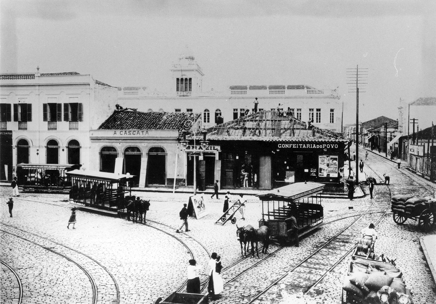 Largo do Rosário em obras. Os bondinhos a burro não paravam de circular e foram os responsáveis pelo crescimento da cidade.