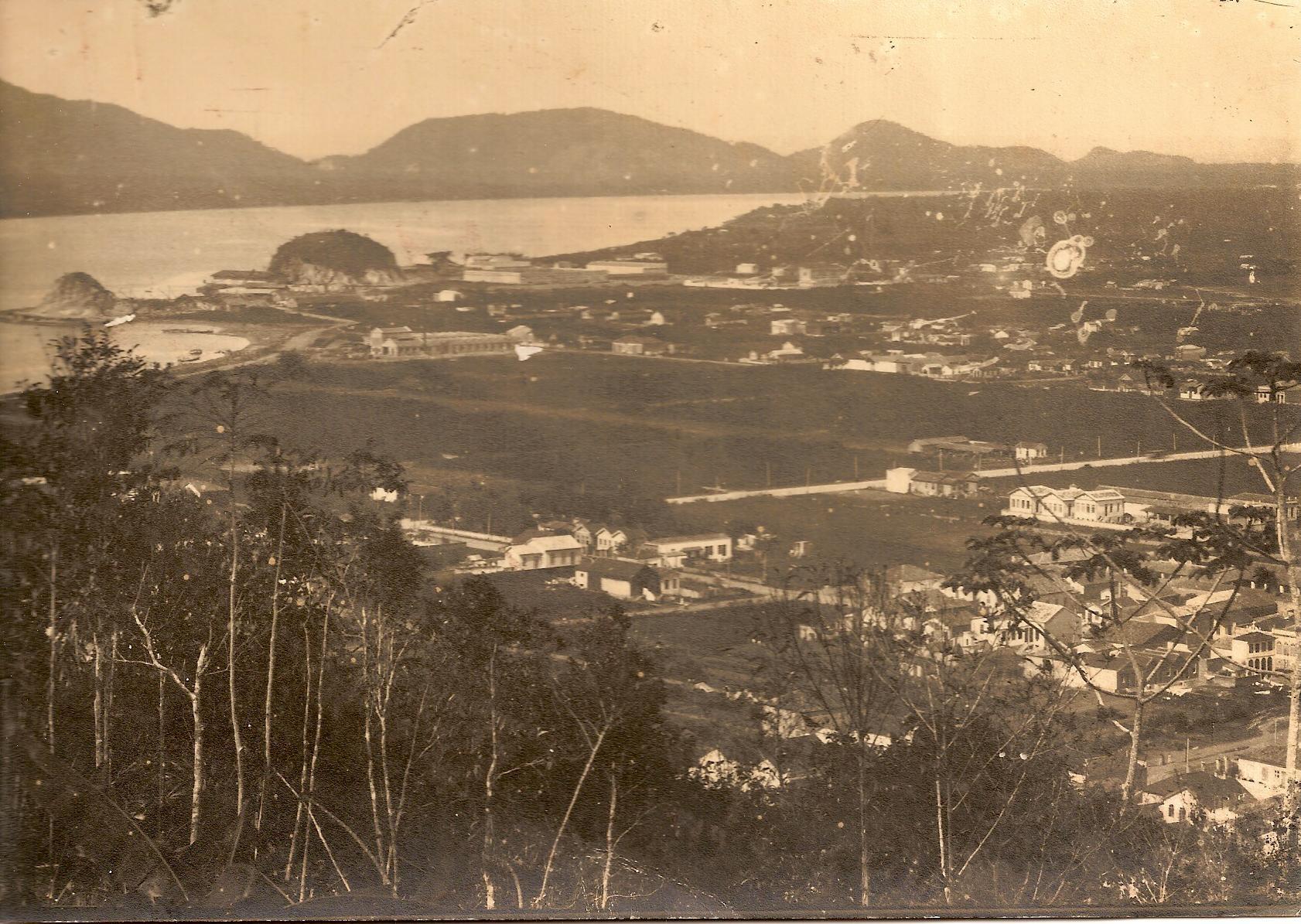 """Vista geral do Macuco, a partir do Monte Serrat. Nota-se os dois morros nas margens do canal do Estuário. São dos Outeirinhos. O Vulcão do Macuco entrou em """"erupção"""" naquelas proximidades."""