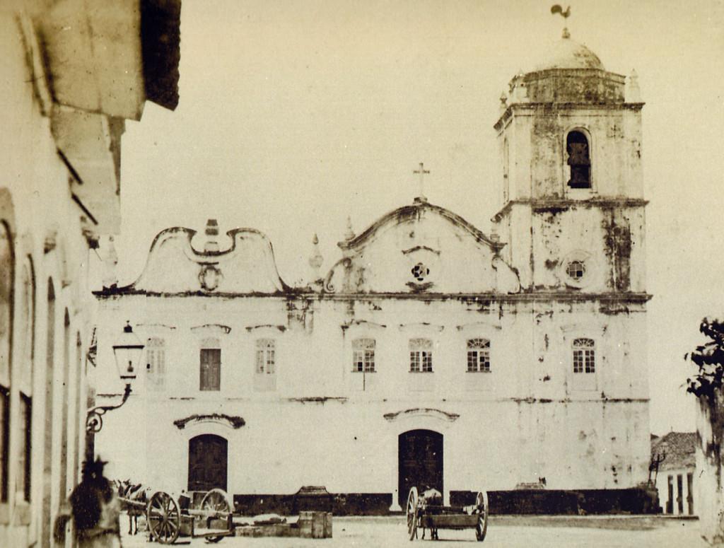 Antiga Igreja Matriz, que ficava no espaço hoje ocupado pelas praças da República e Antonio Telles. Demolida no início do século XX.