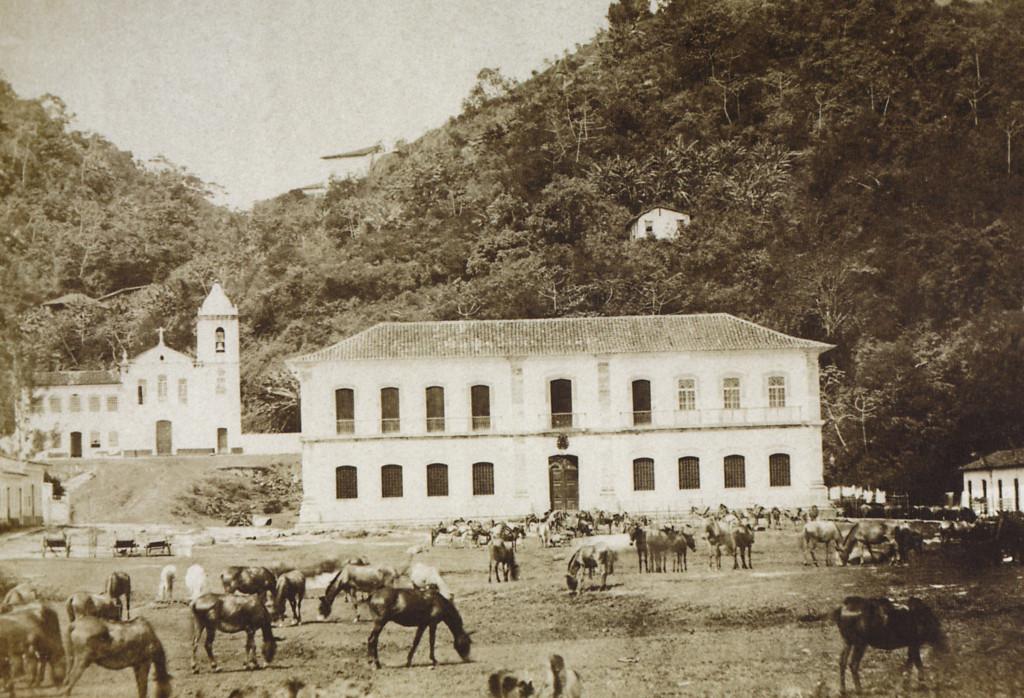 Largo da Cadeia Nova (atual Cadeia Velha), que serviu de sede da Câmara Municipal. Ao fundo, a Igreja de São Francisco, que mais tarde seria anexada ao prédio da Santa Casa de Misericórdia. Esta igreja foi demolida nos anos 1930.