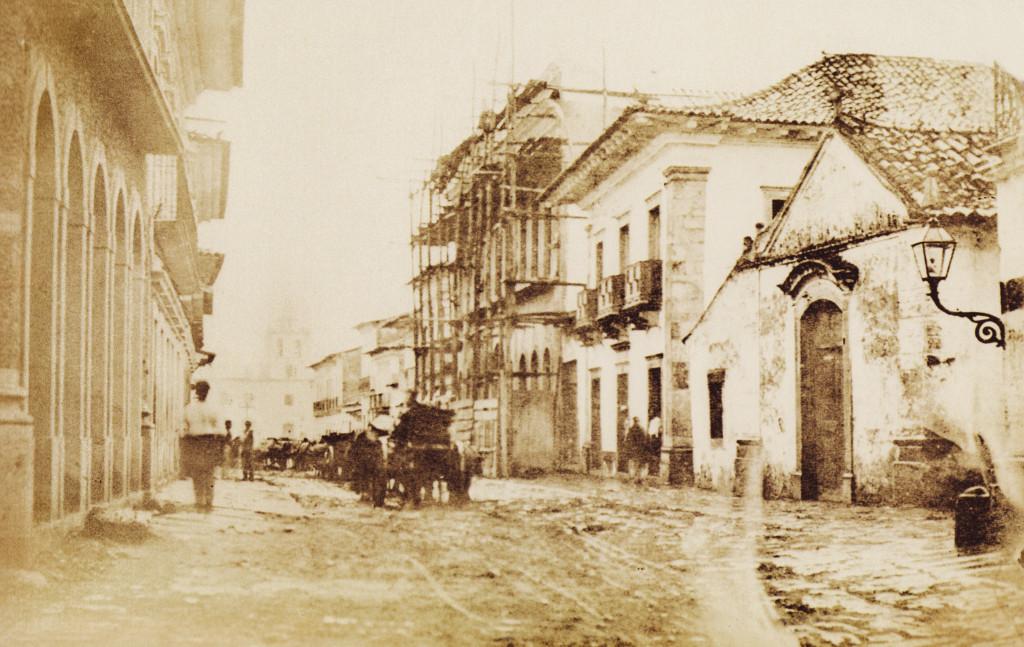 Rua Santo Antonio (atual Rua do Comércio). Nesta imagem se vê a extinta Capela da Graça (no canto direito) e as obras de construção da atual Casa da Frontaria Azulejada.