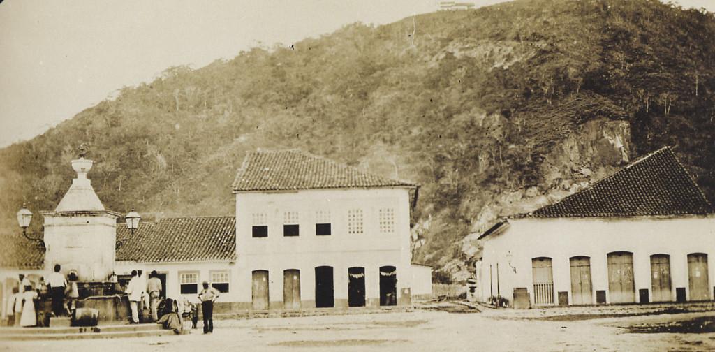 Largo do Chafariz, ou da Coroação (atual Praça Mauá). Nesta imagem se vê a primeira casa teatral da cidade, no canto direito.
