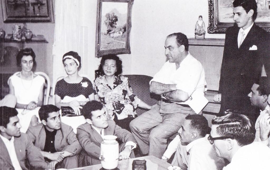 A famosa reunião para a criação do FESTA, em 1958. Na imagem, Paschoal Carlos Magno (sentado de braços cruzados, ao centro); Pagu, no sofá, com roupa florida; e os jovens militantes do teatro e cultura santista.