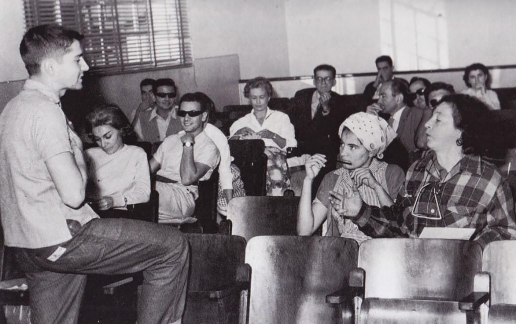 Plinio Marcos e Pagu (à direita) em mais uma reunião do movimento teatral de Santos, nas primeiras edições do FESTA.