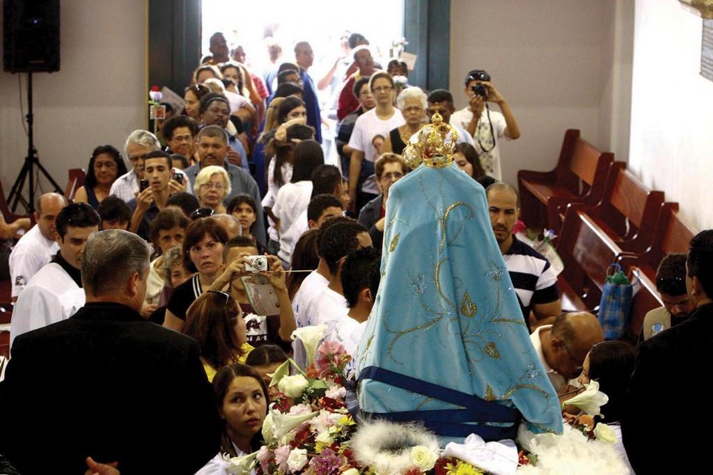 Os devotos consagram a Virgem de Monte Serrat