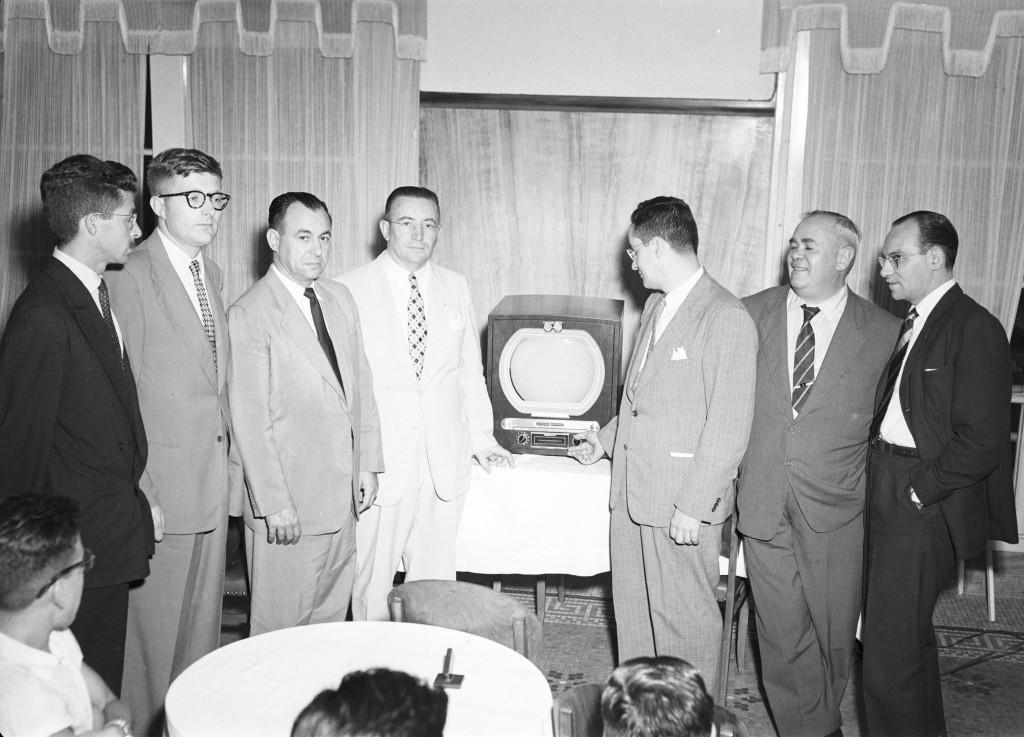 Primeiros aparelhos de TV (este da marca General Elétric) chegam a Santos. Apresentação foi feita na Prefeitura.