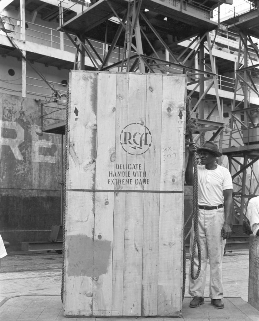 Equipamentos da TV Tupi desembarcam no Porto de Santos em 1950. Acervo Fams.