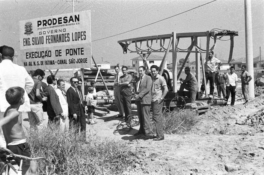 O prefeito Silvio Fernandes Lopes vistoria as obras da Nossa Senhora de Fátima, a primeira da Prodesan.