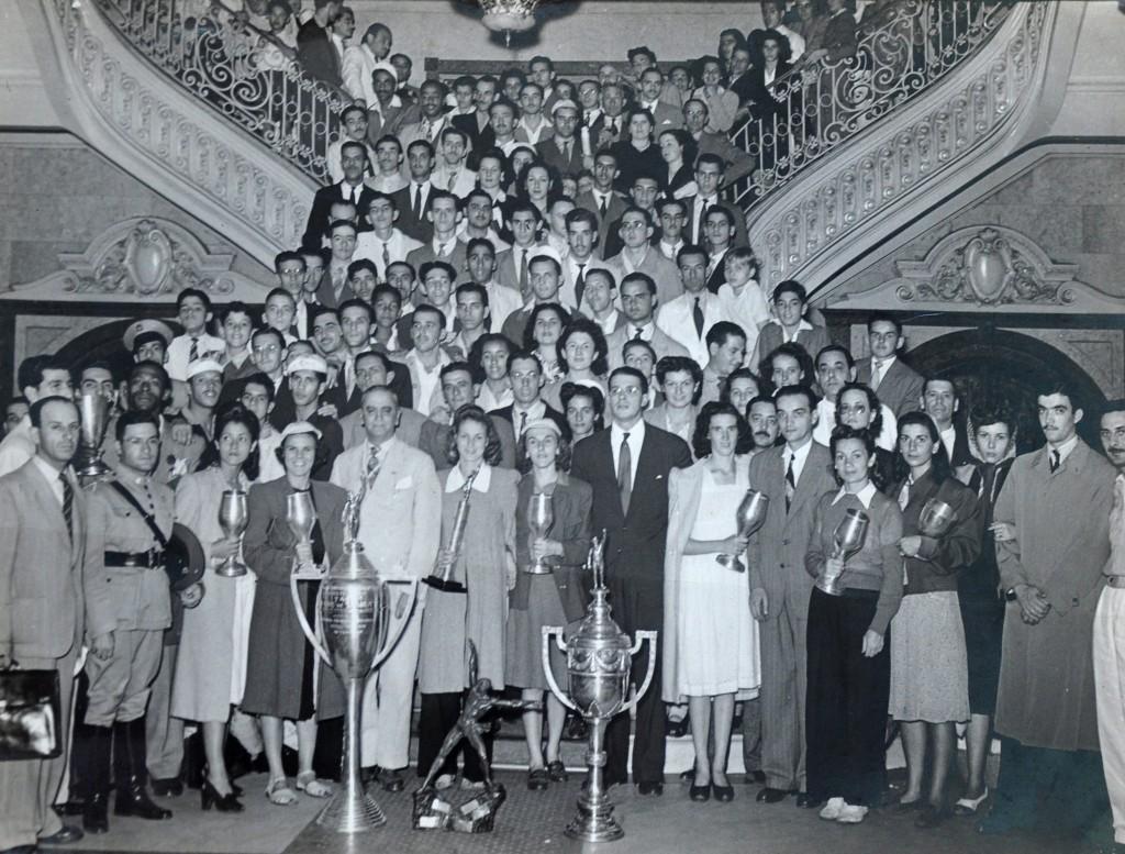 Delegação de 1941. Nota-se, em primeiro plano, o troféu Ademar de Barros, que foi ganho em 1940.