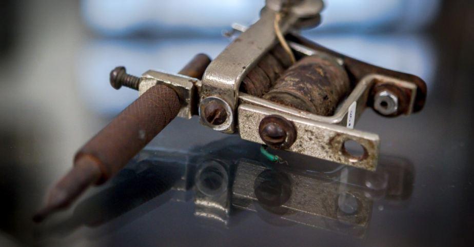 Detalhe de máquina original de Jens Gregersen, pai de Knud Harald Lykke Gregersen, o Lucky Tattoo — foto: Leandro Moraes/UOL