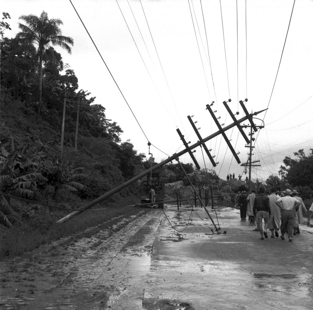 Postes caíram na cidade por conta da tempestade, deixando a cidade sem luz.