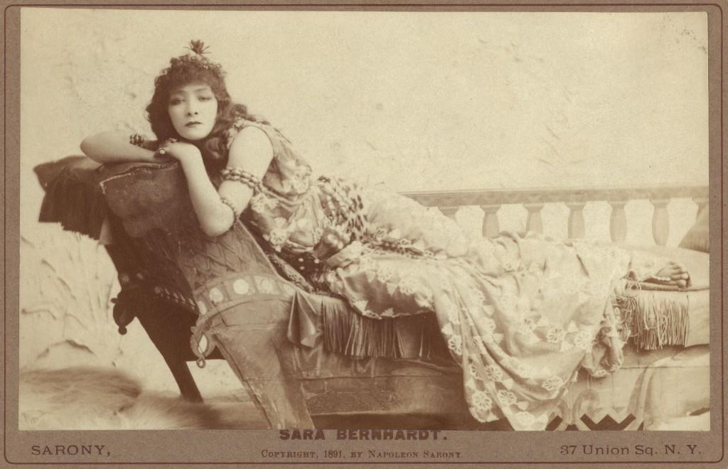 Sara Bernhardt, em foto postal de 1891