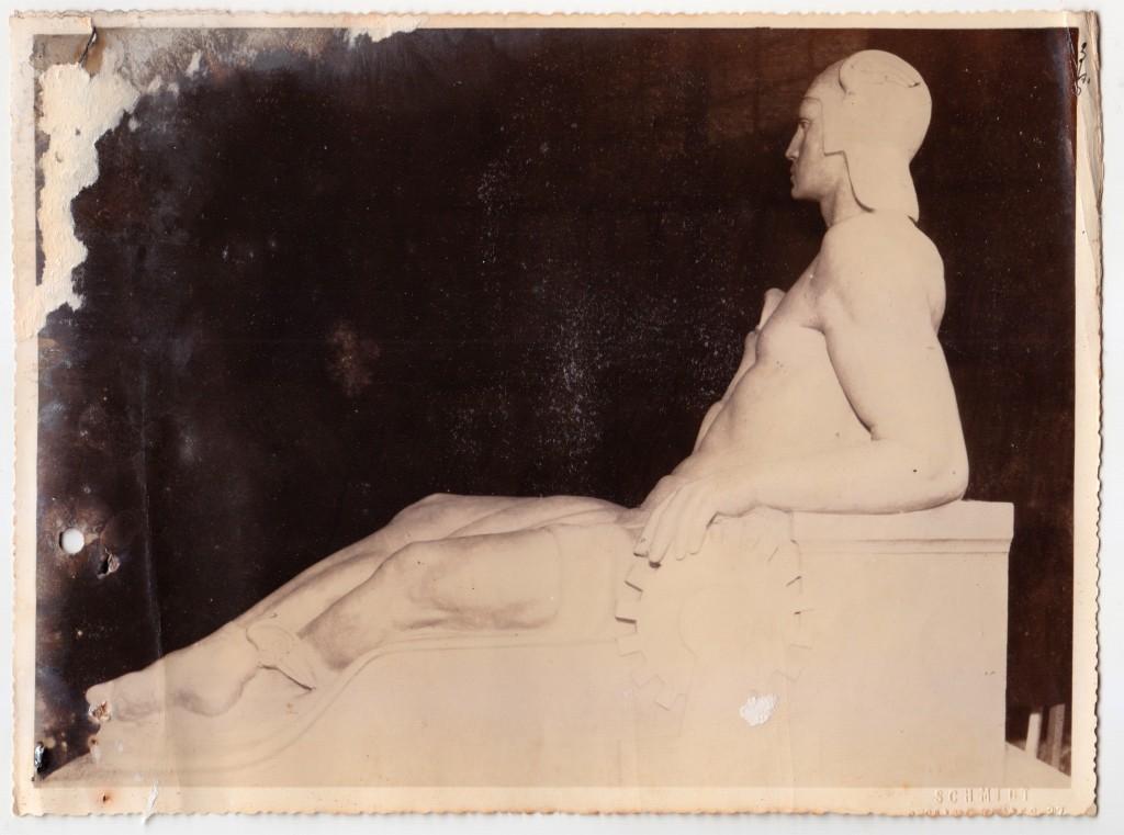 Estátua representando a Industria e Comércio, na figura lendária de Hermes (Mercúrio), o Deus Grego do Comércio. Imagens inéditas das obras no atelier de João Batista Ferri.