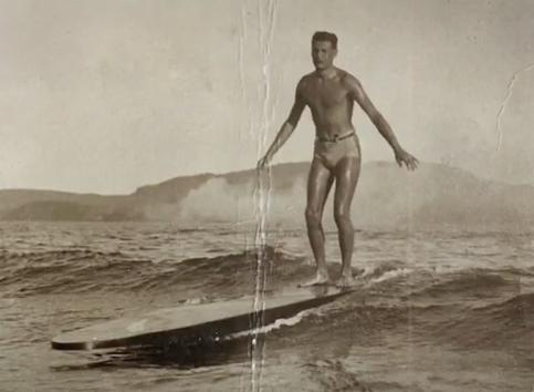 Jua Hafers nas ondas de Santos.