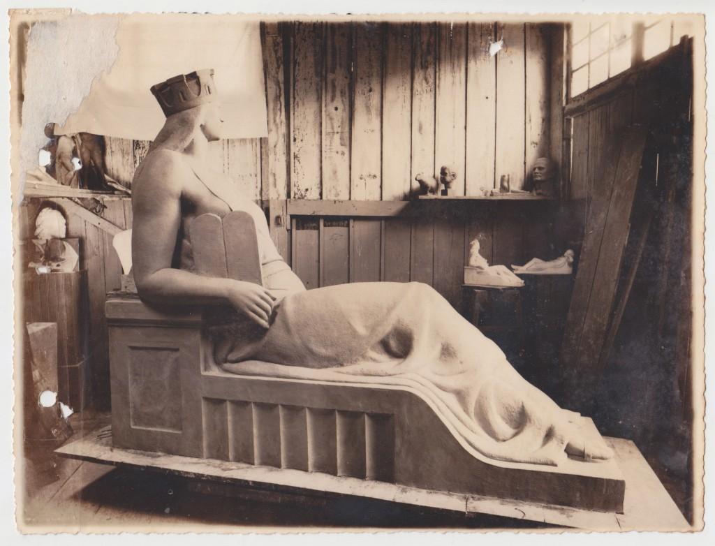 Estátua representando a Municipalidade, na figura lendária de Atena (Minerva), a Deusa Grega da Sabedoria. Imagens inéditas das obras no atelier de João Batista Ferri.