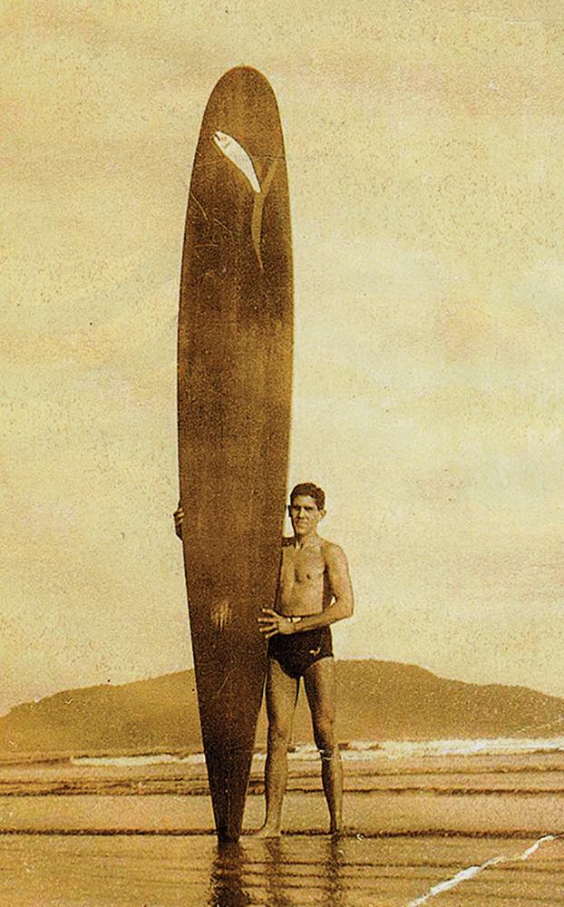 O surfista Osmar Gonçalves, na praia de Santos, nos anos 1940. Muitos atribuem a ele o pioneirismo isolado, sem conhecer a história de seus companheiros e a de Thomas Richter.