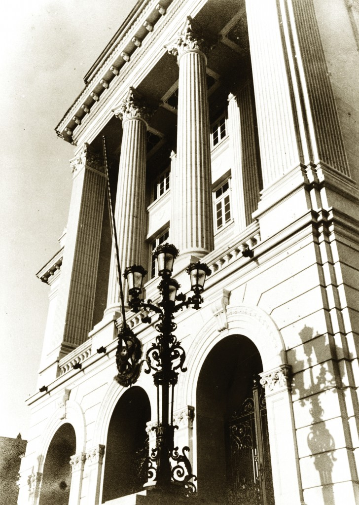 O Palácio José Bonifácio foi inaugurado em 1939 sem as estátuas. No local onde elas foram colocadas, havia dois candelabros de ferro (que existem até hoje).