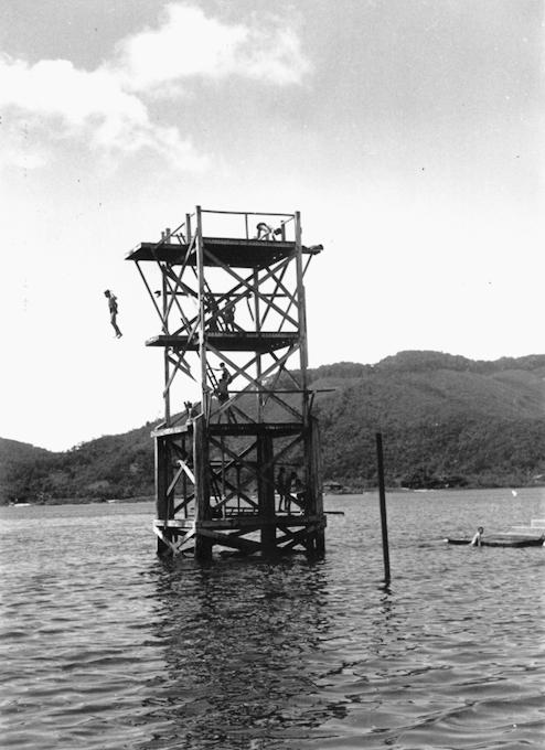 O trampolim com sua base em concreto armado, mas com suas plataformas em armações de madeira. Equipamento nunca foi concluído.