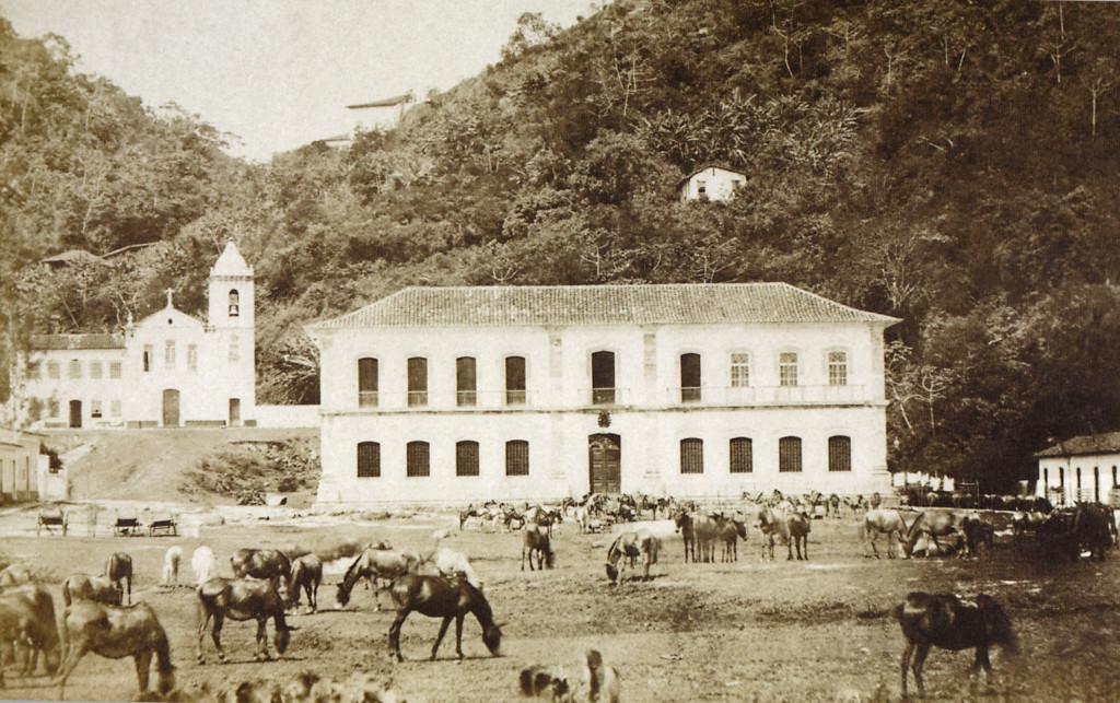 A mais antiga foto da Cadeia Velha, de 1865, quando o espaço era utilizado como apoio às tropas que lutavam na Guerra do Paraguai. Note os cavalos pastando em frente. Pertenciam aos soldados.