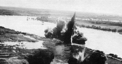 O La Plata Maru (Kanju Maru), sendo destruído pelos aviões norte americanos em Saigon.
