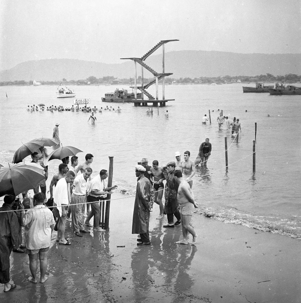 O trampolim de saltos nos anos 1950. Foto de uma das provas de Travessia do Canal.
