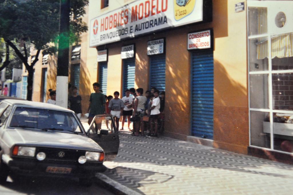 A molecada já começava a formar fila logo cedo, em especial nas férias, antes mesmo da loja abrir.