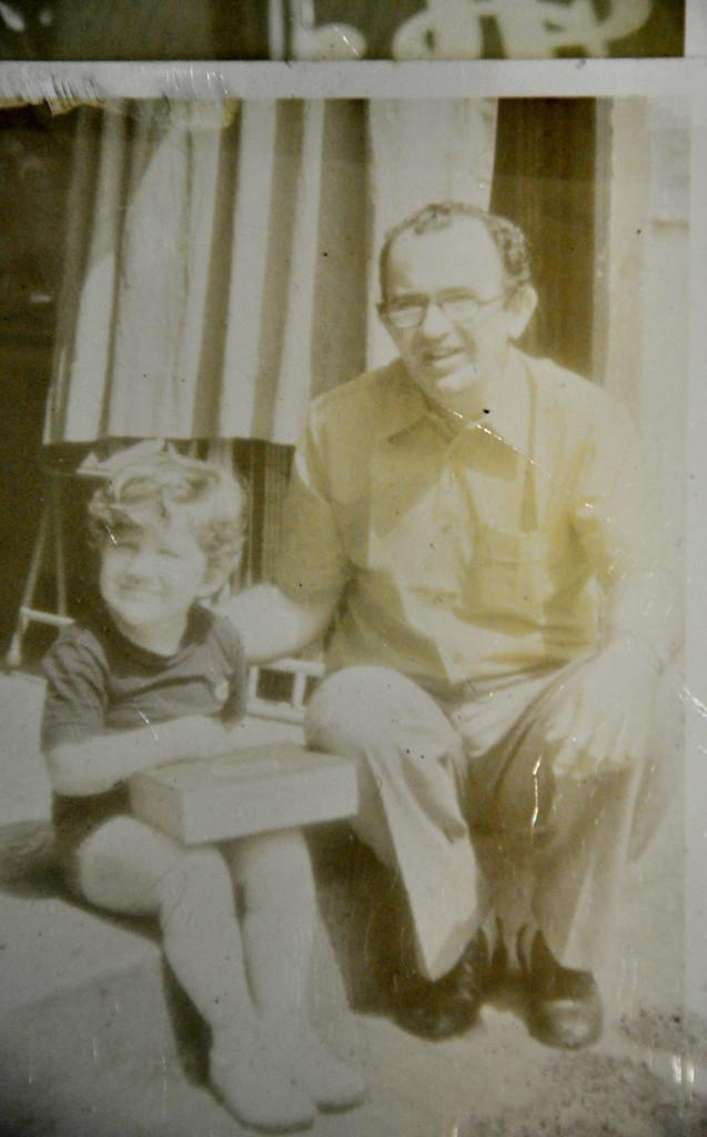 Fernando Menezes Barbosa, com o filho Ricardo. Nas mãos do menino, uma das famosas caixinhas de autorama, onde havia carrinhos, controles e ferramentas para consertos.