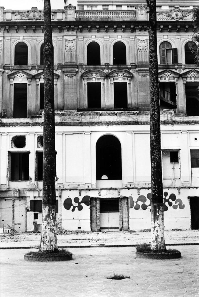 A demolição do prédio principal começou com a retirada de portas e janelas.
