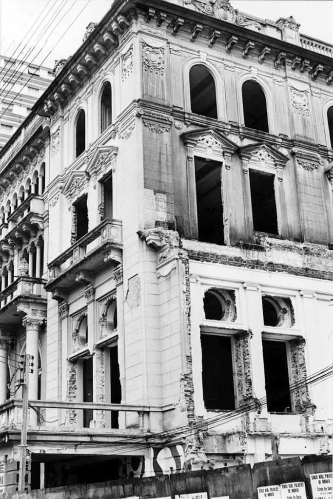 O velho edifício agoniza lentamente, antes de sua extinção.