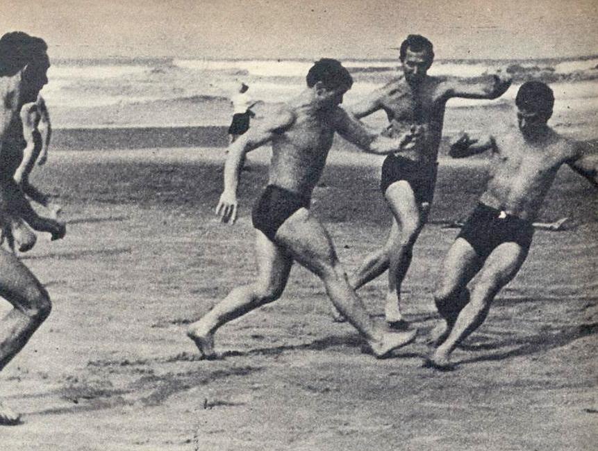Os movimentos dos bailarinos, na imagem, parece o de uma partida de futebol, mas não é.