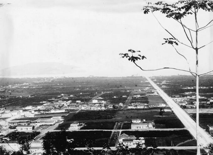Vila Mathias, cerca de 10 anos depois do assassinato. A avenida Ana Costa já havia sido concluída. Foto de cerca de 1900.